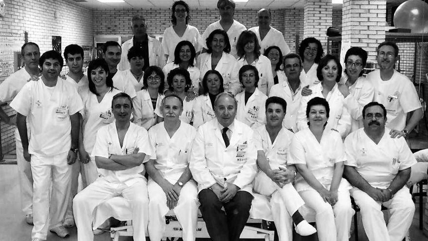 Adiós a un buen rehabilitador, Severiano Laborda (en el centro de la imagen, con sus compañeros de Fisioterapia y Rehabilitación en Elche). FUENTE: informacion.es