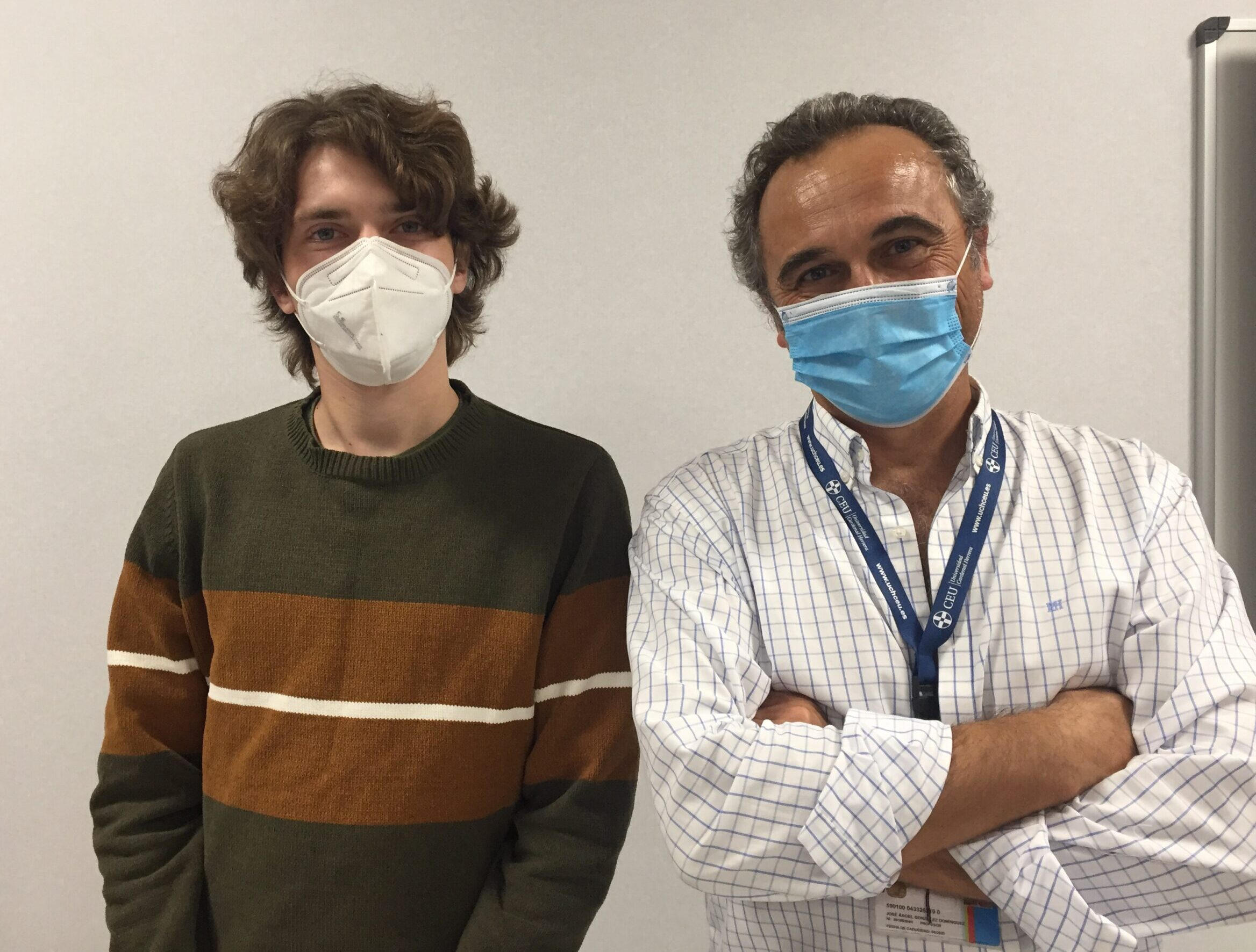 Daniil Chukhleb con su profesor de Fisioterapia de la CEU-UCH José Ángel González