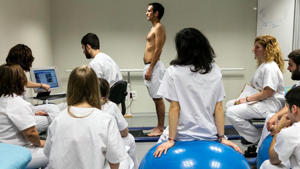 Sesión práctica de Fisioterapia en el CEU de Elche