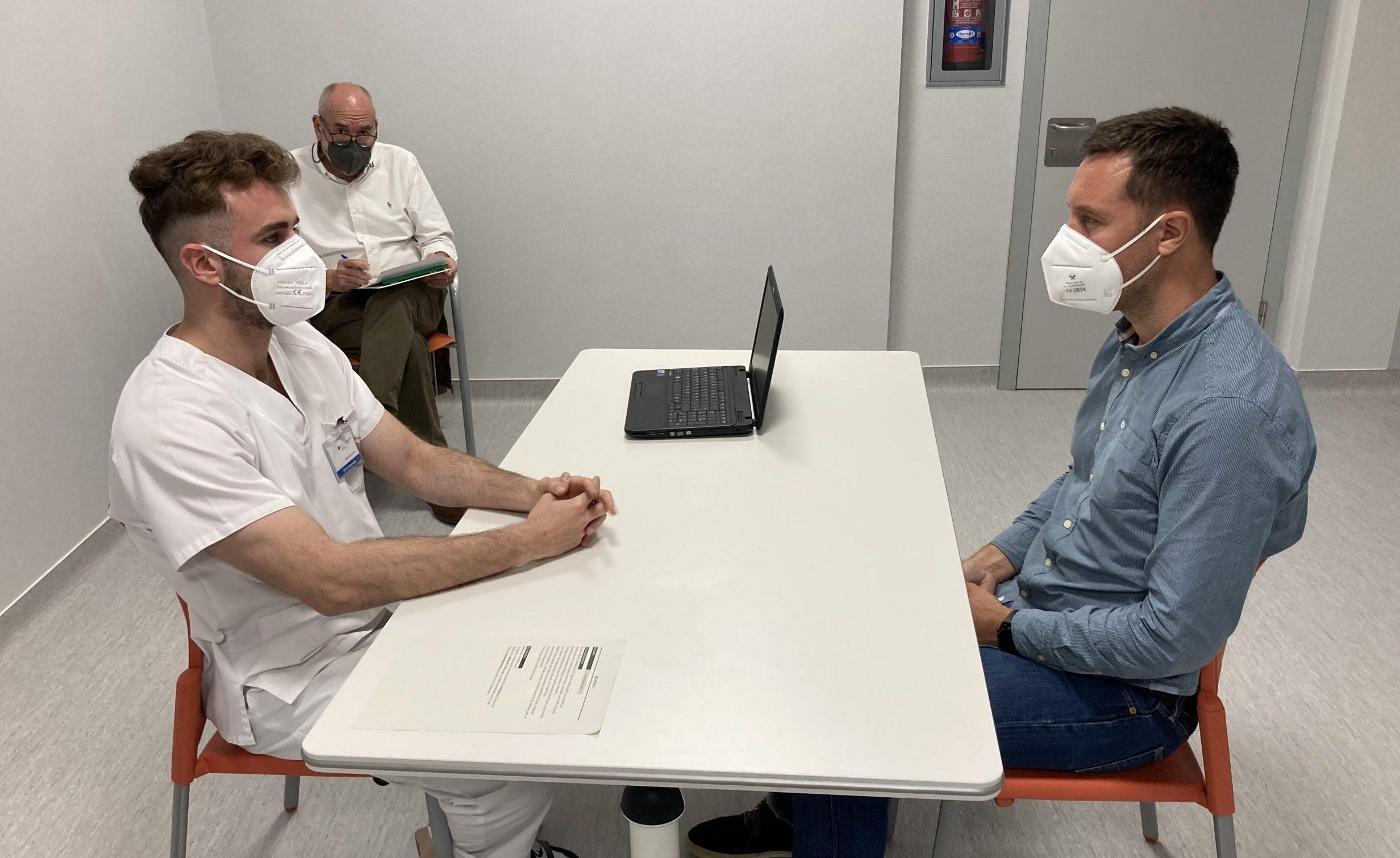 Alumno de Fisioterapia con evaluador y paciente en la prueba ECOE de la Universidad CEU