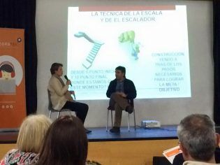 El ponente, Mauro Bolmida, con una de las asistentes al acto