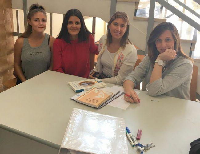Prof. Marta Ruiz junto a ex-alumnas ya tituladas en Grado Infantil