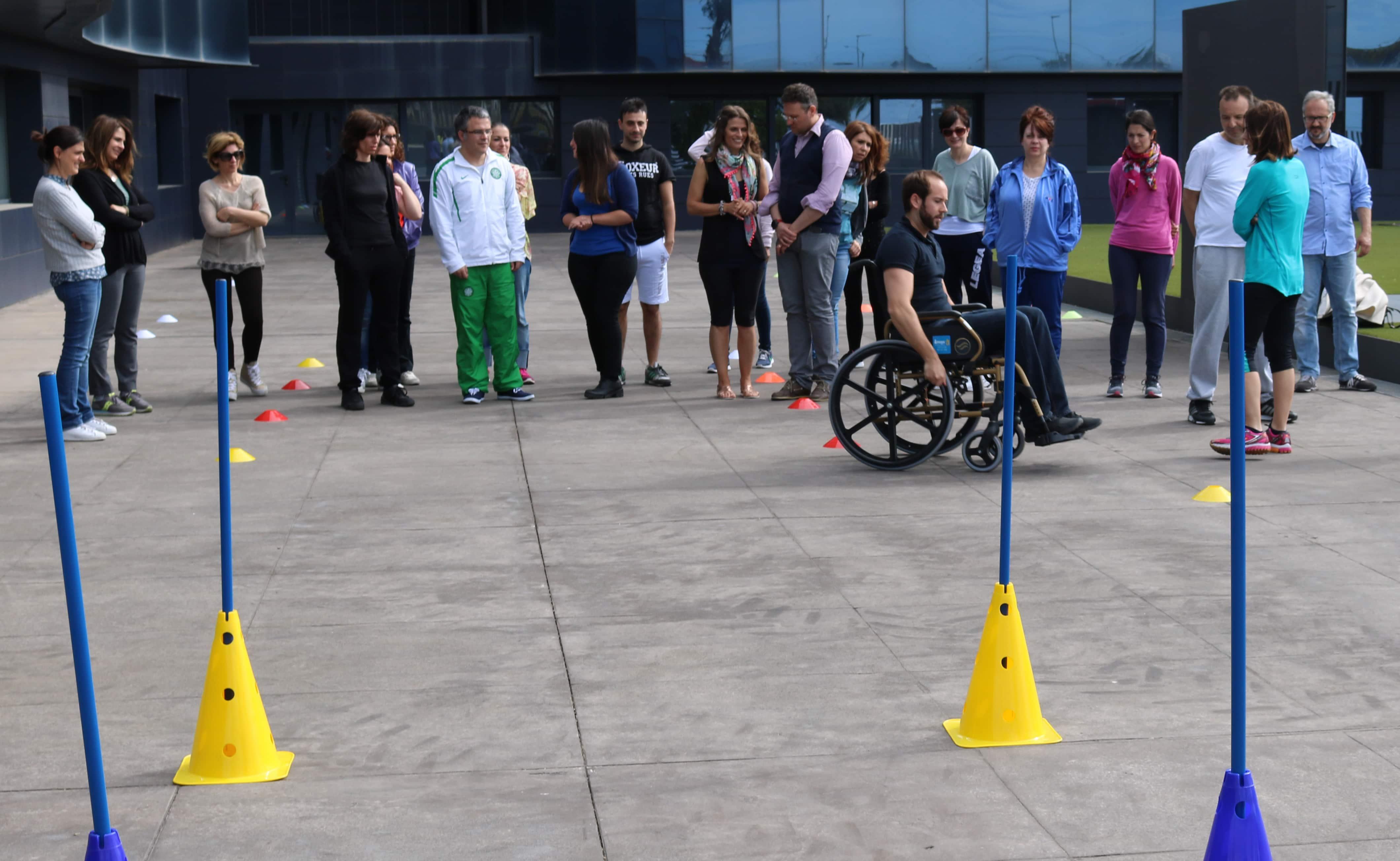 niños con silla de ruedas en educacion fisica