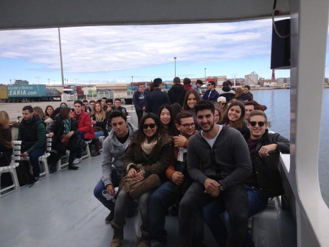 En el barco visitando la darsena del puerto