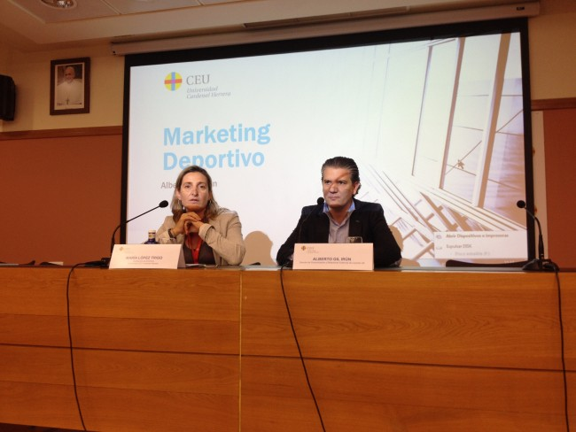 María LópezTrigo presenta a Alberto Gil en los marketing days