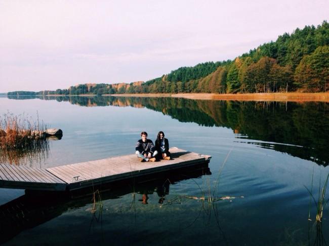 Javier y Paula en un lago cerca de la Universidad.