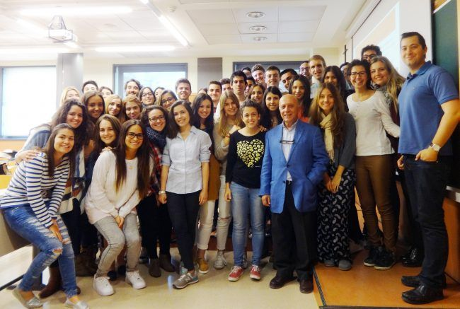 Los alumnos de 2º de Medicine se fotografían con el profesor Martínez Soriano tras el interesantísimo seminario