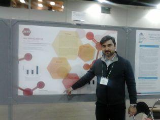Nuestro Prof. Salvador Mérida enseñando el poster