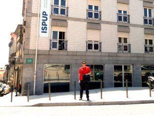 La sede del ISPUP ocupa un edificio de cuatro plantas en un entorno privilegiado junto a la famosa torre de los Clérigos