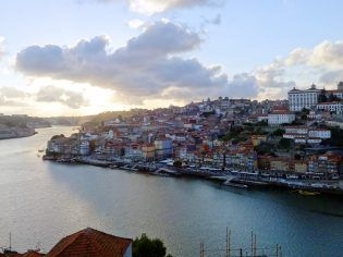 La ciudad de Oporto se encuentra en la desembocadura del río Duero en el Atlántico, al norte de Portugal