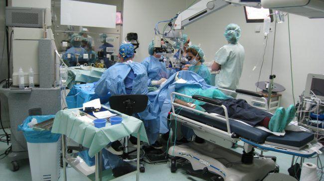 Estudiante atento al monitor durante una cirugía oftalmológica