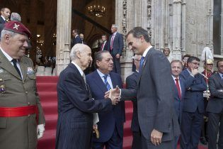 Su Majestad saludando a los miembros de la Fundación y demás autoridades a su llegada a La Lonja