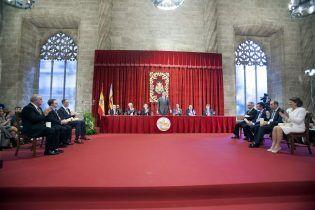 A la izquierda, los Dres. Brugada, Dolado y Liz Marzán, la mesa Presidencial de la Ceremonia, y a la derecha, Peñuelas, Artal, la Presidenta de la AECC y el Sr. Olandeta
