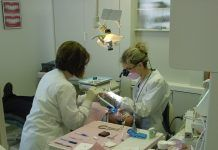 Una mujer dentista trabajando en clínica
