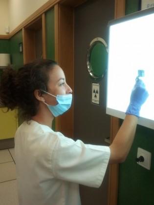 Alumna realizando un tratamiento de conductos en preclínica