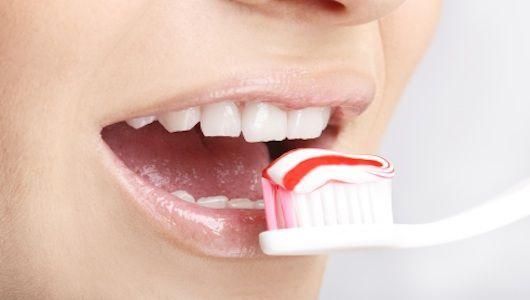 Limpeza de dientes con cepillo y pasta de dientes