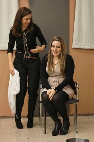 Mónica Armas y una de las participantes en el taller realizado