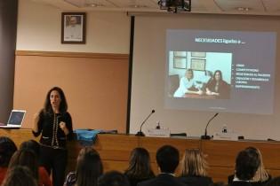 Mónica Armas impartiendo la conferencia