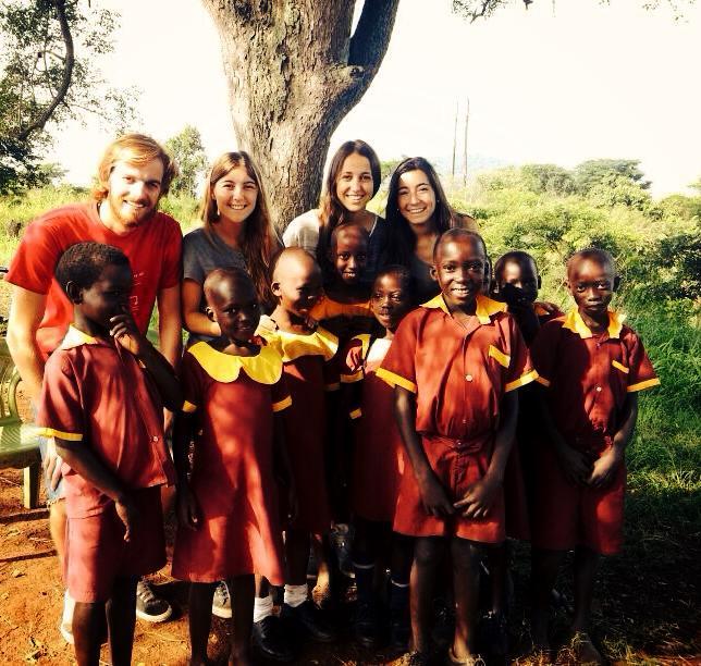 foto de grupo de alumna con niños en uganda