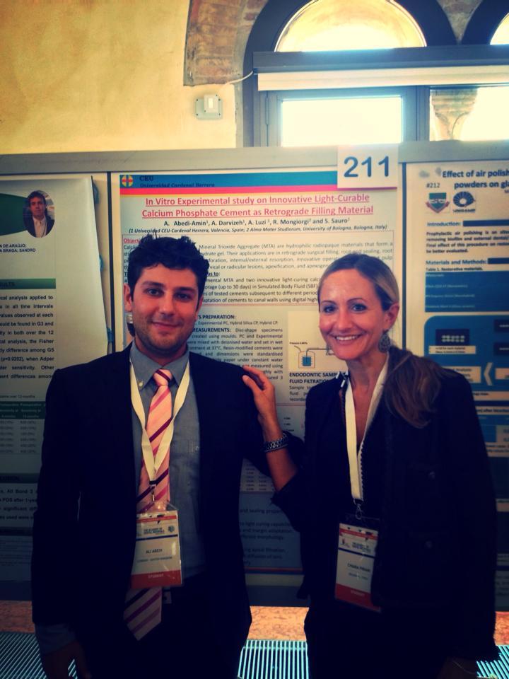 El alumno Ali Abedi explicando los resultados del estudio a a la Prof. Chiara Pirani de la Universidad de Modena interesada en su trabajo