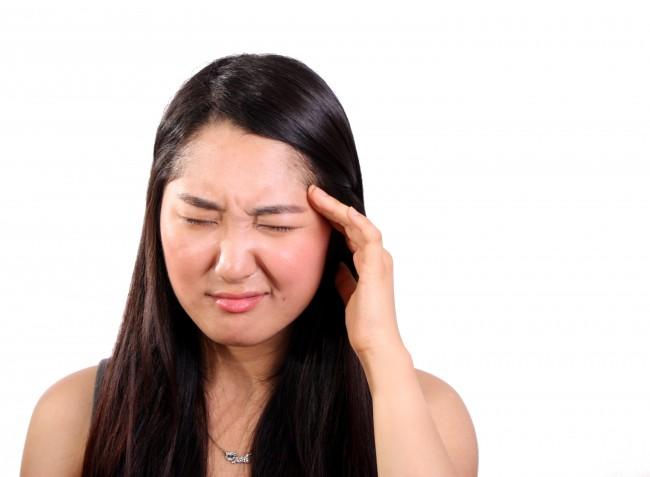 foto de una chica que padece dolor de cabeza