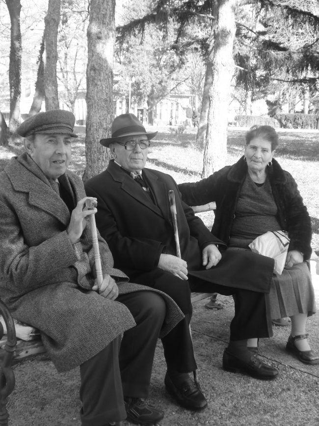 foto de tres ancianos sentados en un  banco