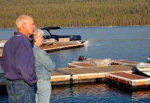 foto de dos ancianos en un lago