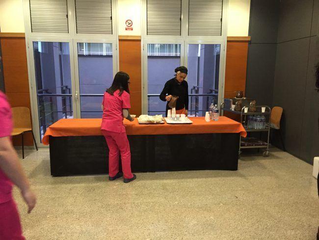 fotografia de una mesa donde se dan chocolates con churro