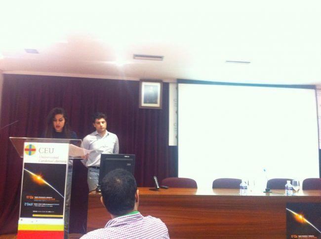 La alumna Atanaz Darvizeh defendiendo su trabajo en el Congreso Internacional de Estudiantes del CEU-UCH