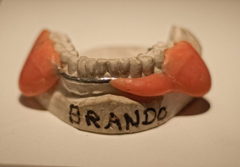 Protesis dental utilizada por Marlon Brando en la pelicula El Padrino