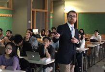 Bruno Lario impartiendo una conferencia a los alumnos de 5º curso de Odontología bilingüe