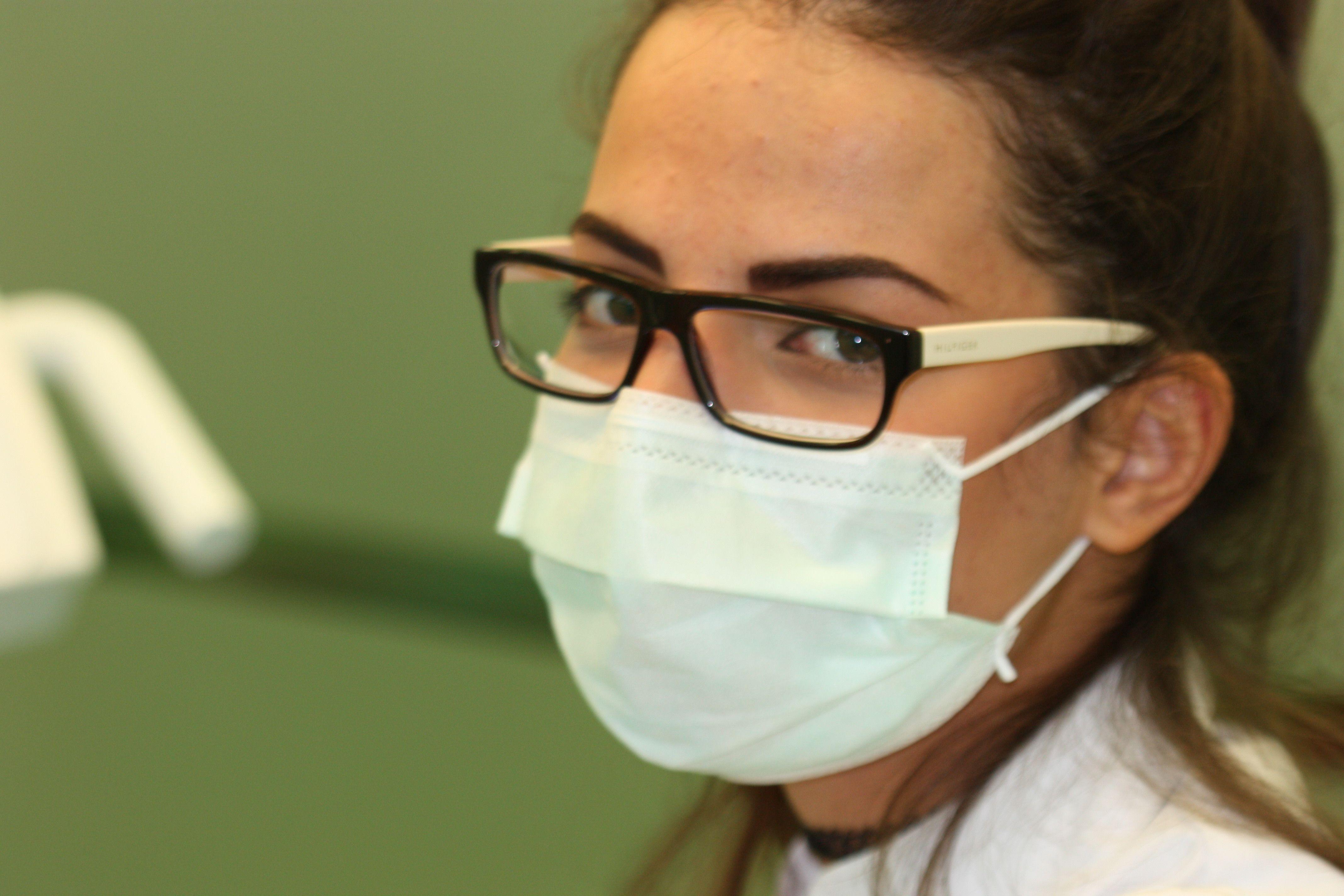 Alumna de Odontología bilingüe durante sus prácticas clínicas