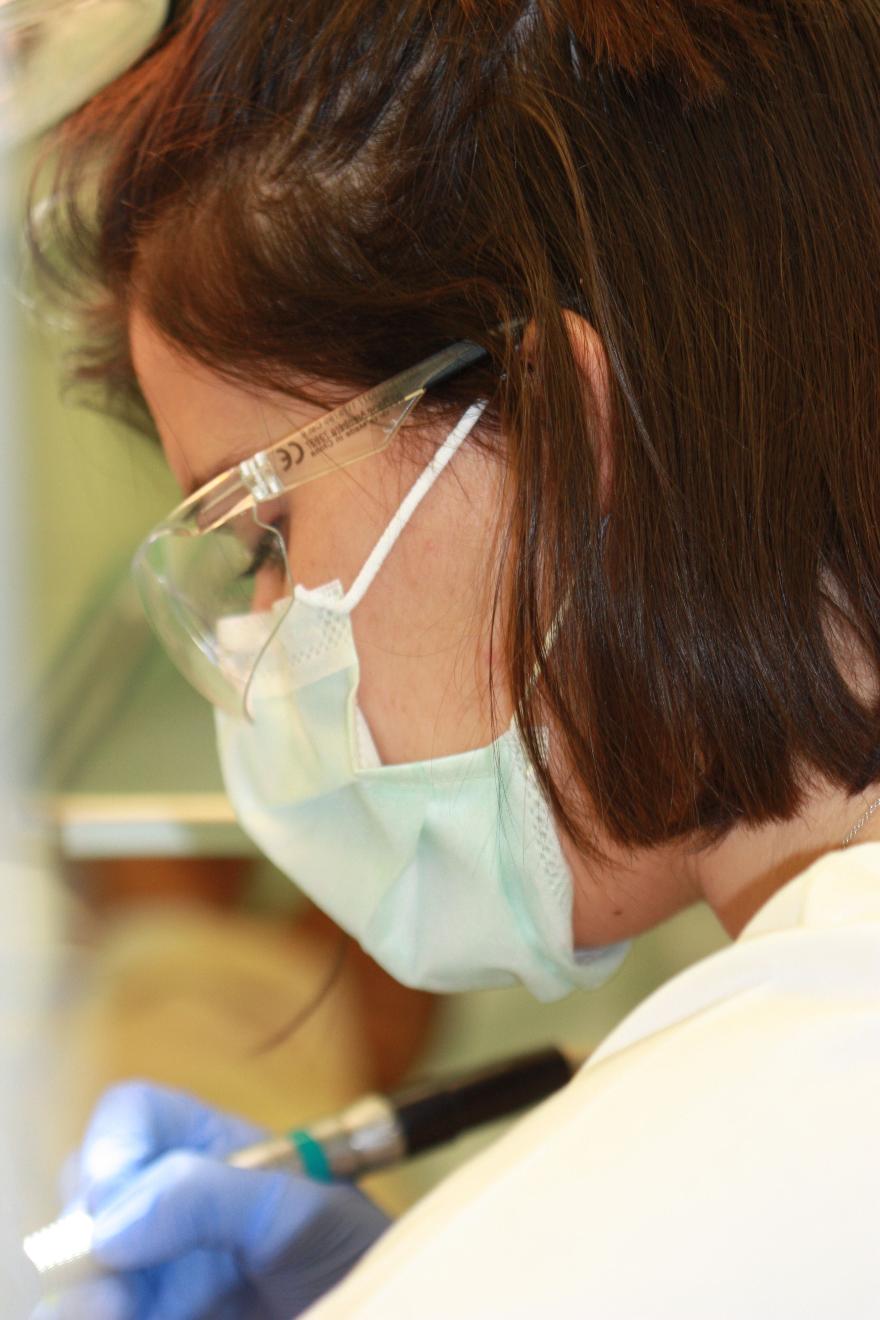 Alumna de Odontología durante sus prácticas clínicas