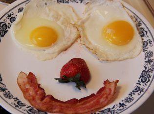 Desayuno equilibrado con huevos