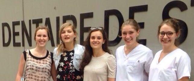 Berenice y 4 compañeras en la puerta de la Escuela de Odontología de la Universidad de Estrasburgo
