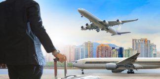 Una foto donde se puede ver una persona con una maleta y aviones