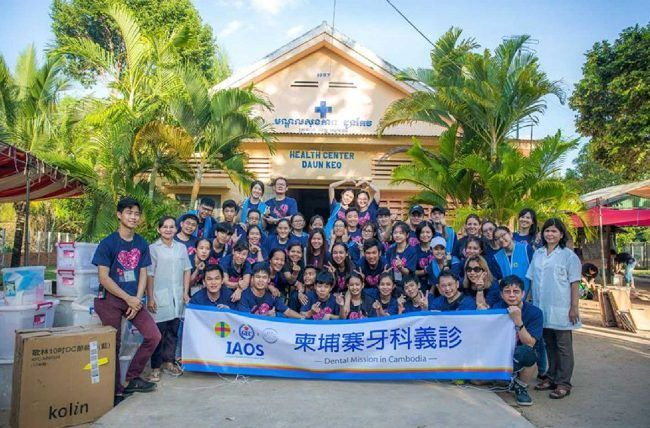 Equipo de voluntarios en la misión solidaria de tratamiento odontoológico en camboya