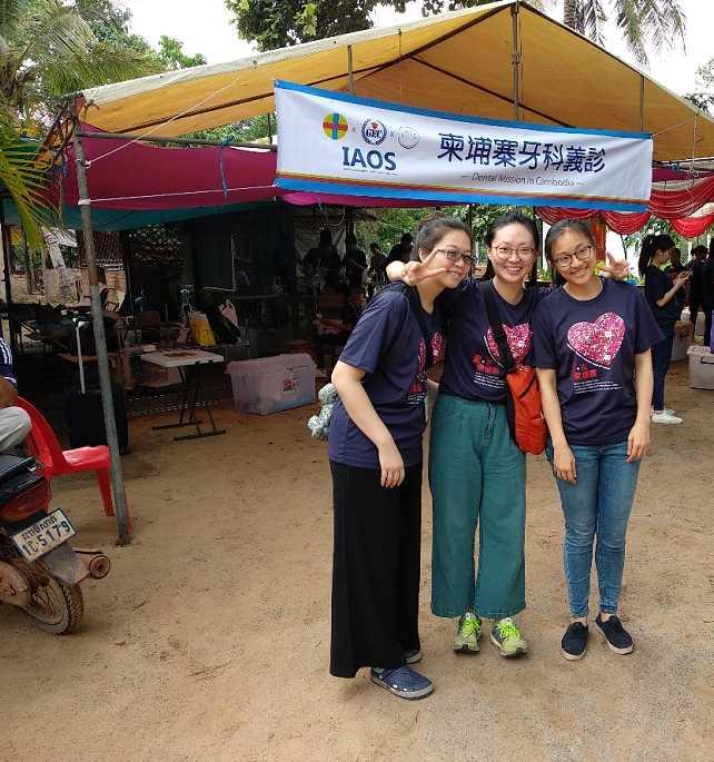 Voluntarios compartiendo el tiempo libre durante la misión dental en Camboya
