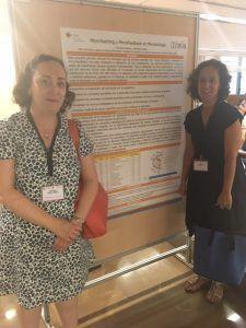 Las profesoras Verónica Veses y Carolina Galiana delante de su póster en el congreso de innovación docente IN-RED2019