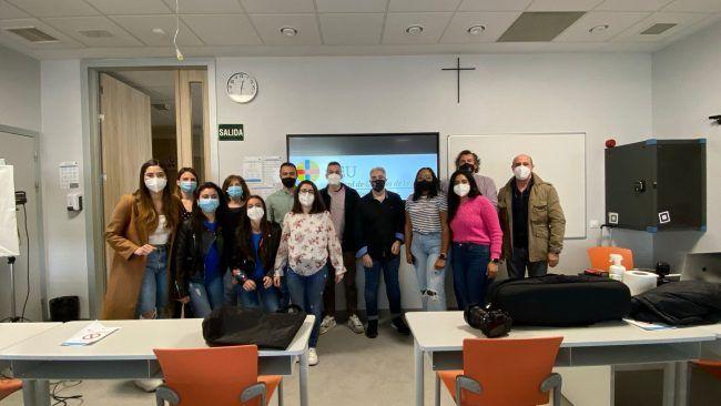 Estudiantes de posgrado en odontología de la CEU-UCH en el aula durante el curso de fotografía bucal