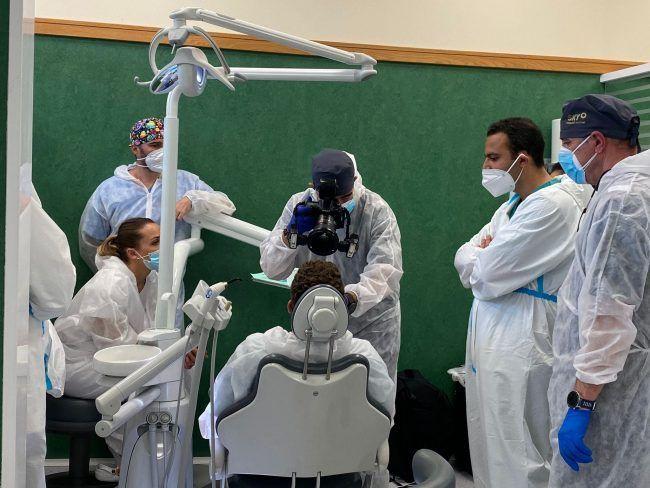 Estudiantes de posgrado en Odontología de la CEU-UCH en un curso de fotografía odontológica