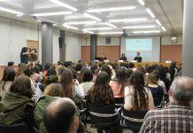 La charla convocó en el Aula Magna a un elevado número de asistentes.
