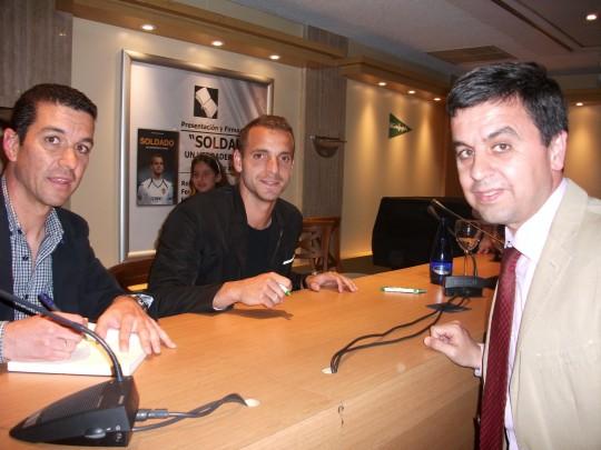 El autor del libro y su protagonista firmaron ejemplares y se fotografiaron con los asistentes