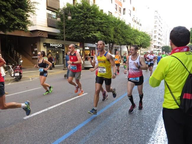 Adolfo, con paso firme, por las calles de Valencia.