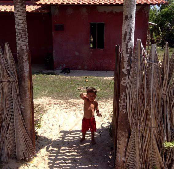 Atins – estado de Sao Luis de Maranhao. Aquí las familias se conforman con poco. Viven cerca de una playa natural dedicada al surf.