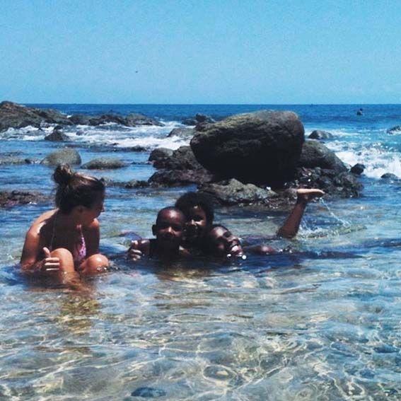 Salvador de Bahía – Compartir baños en la playa de Barra es algo normal.