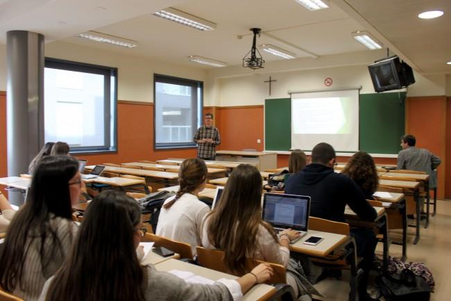 Tena compartió con los alumnos las claves de Periodismo Ambiental