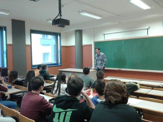 Ignacio Cabanes durante su clase con los alumnos de 1º de Periodismo.