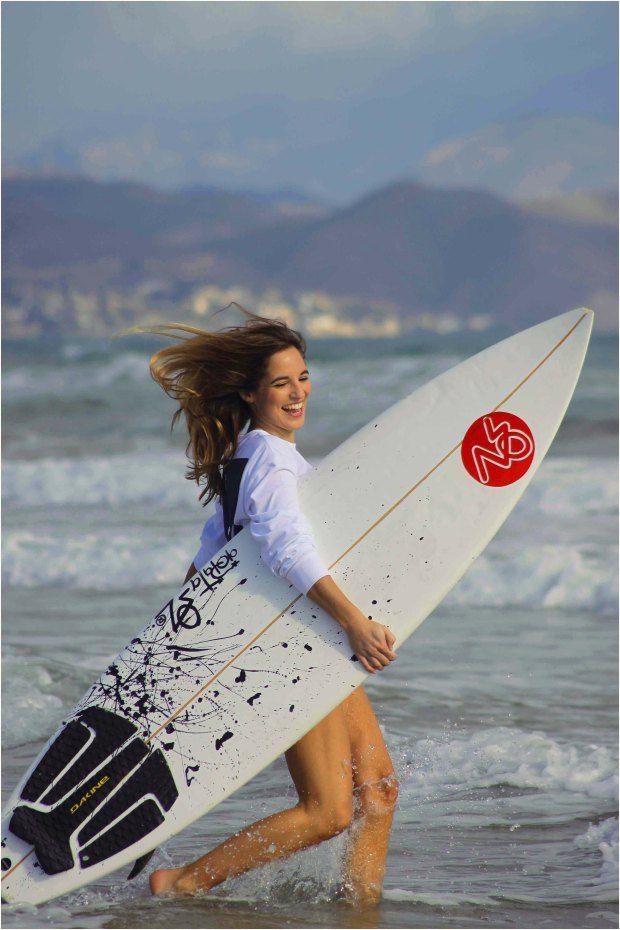 La Reina del Low Cost también es apasionada del surf.