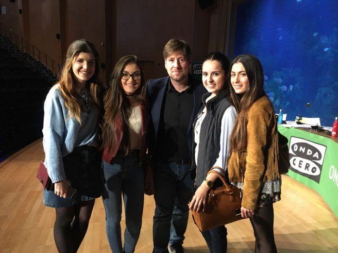 Alumnas de la CEU-UCH con Carlos Latre